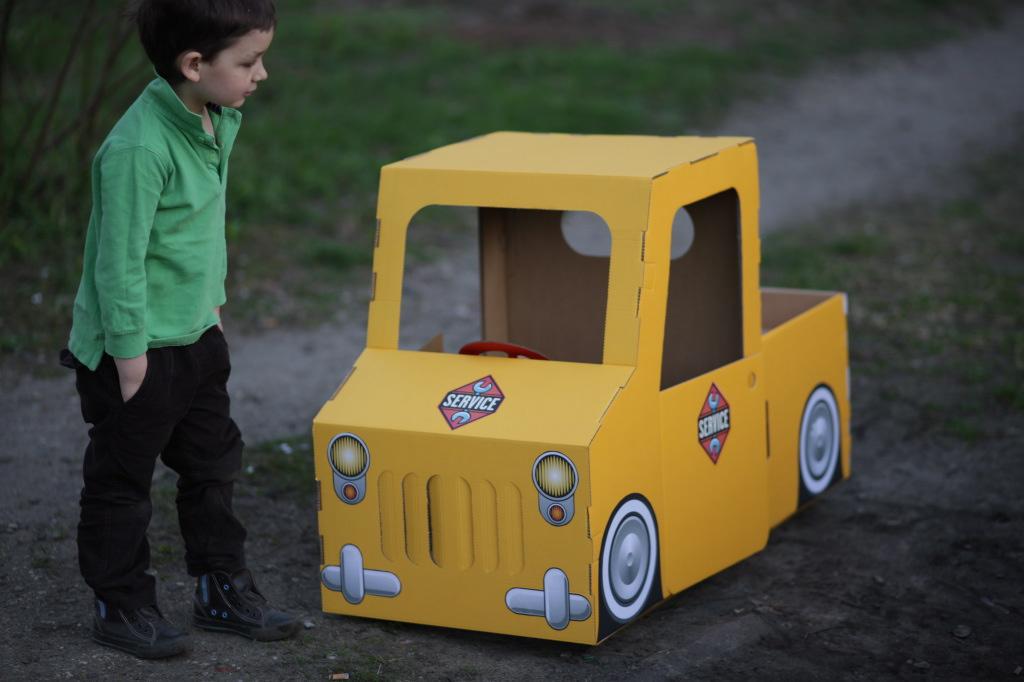 Как сделать машину из коробки для детей своими руками 37